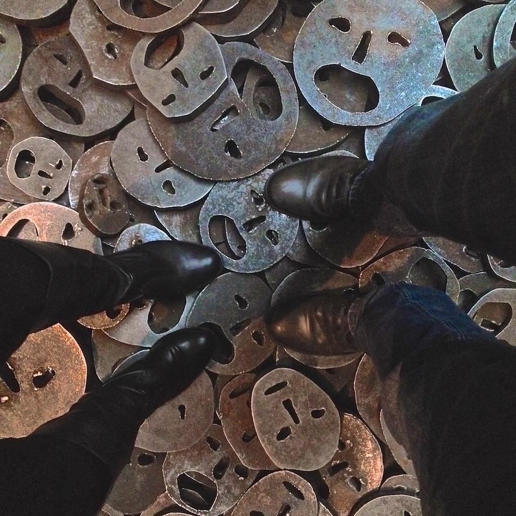 Füße und Stahlmaskensalat im Jüdischen Museum Berlin