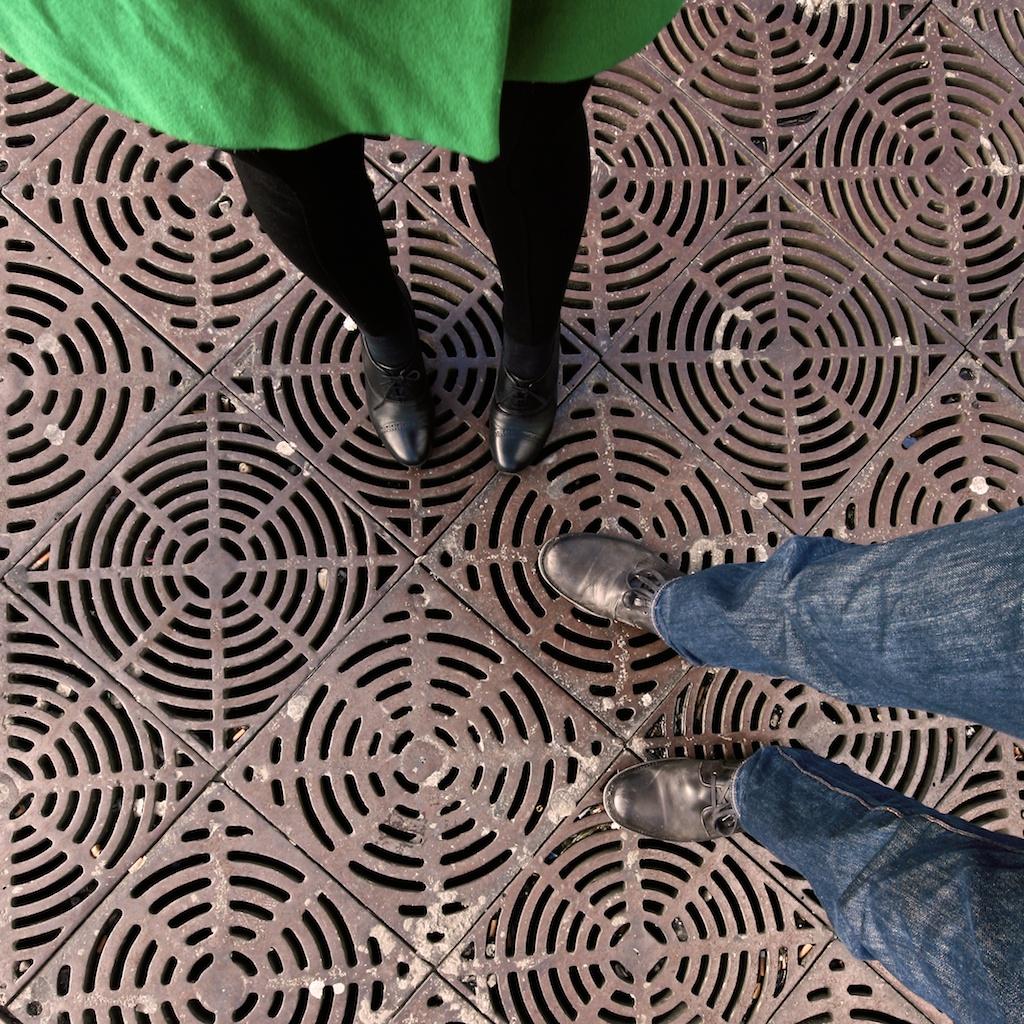 Füße auf Stahlgitter